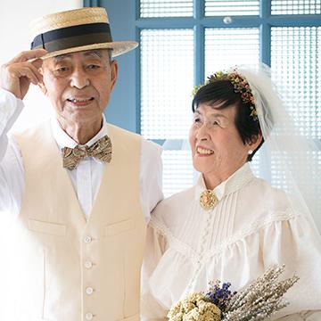 結婚60周年のお祝いにドレスで記念写真